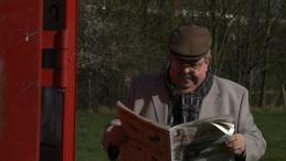 Luc Caals leest de krant voor de papierslagen van Oud Papier Jozef Michel